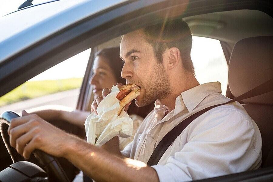 Hạn chế dùng đồ ngọt khi lái xe
