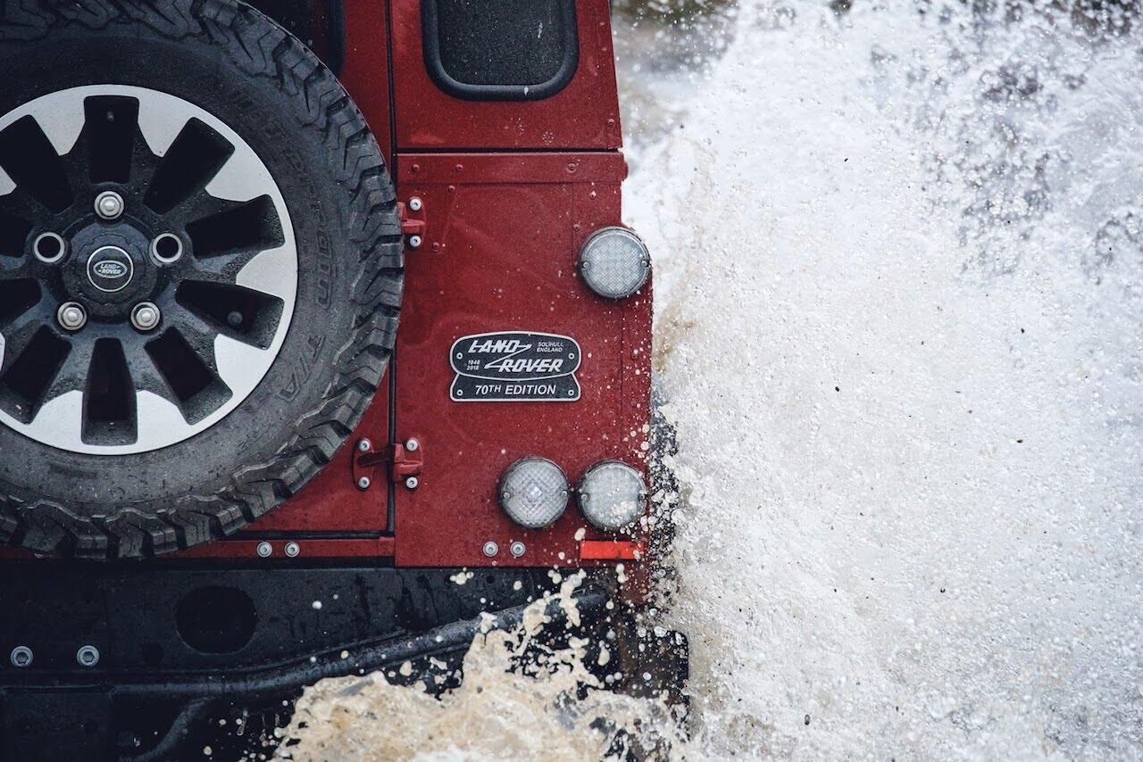 Land Rover Defender phiên bản kỷ niệm 70 năm ra mắt; chỉ 150 chiếc được sản xuất - Hình 9