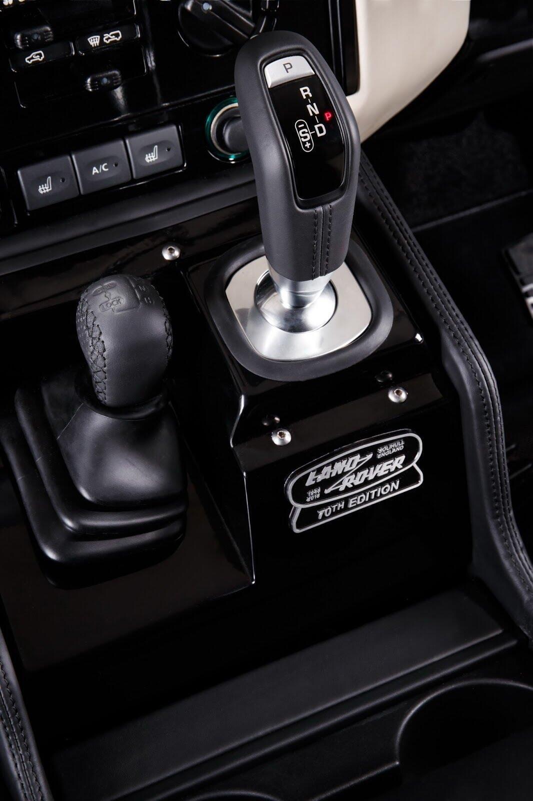 Land Rover Defender phiên bản kỷ niệm 70 năm ra mắt; chỉ 150 chiếc được sản xuất - Hình 15