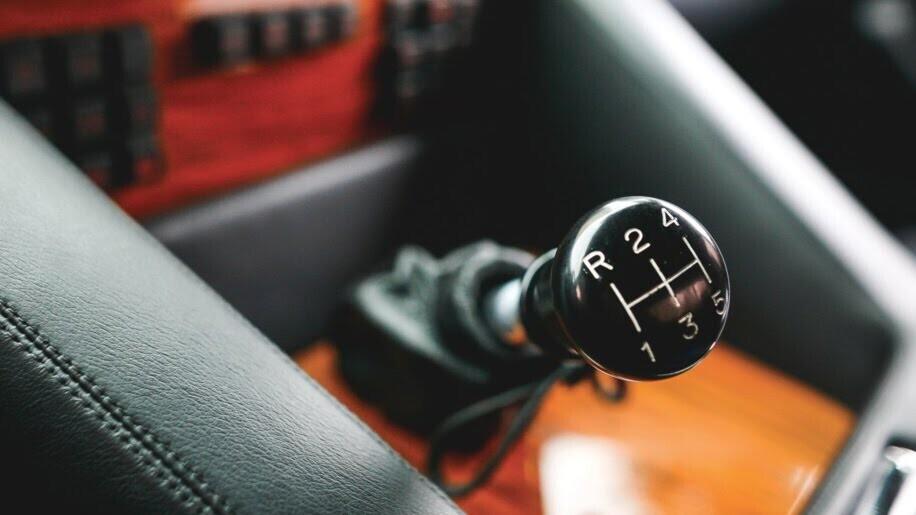 LM002 - siêu SUV đầu tiên của Lamborghini, trước Urus - Hình 7