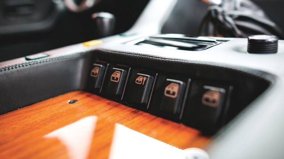 LM002 - siêu SUV đầu tiên của Lamborghini, trước Urus - Hình 9