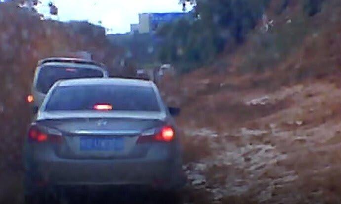 """Lở đất kinh hoàng, hàng loạt ôtô bị """"chôn sống"""" trên xa lộ - Hình 1"""