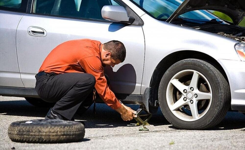 Mẹo xử lý khi xe ô tô bị lủng lốp giữa đường 4
