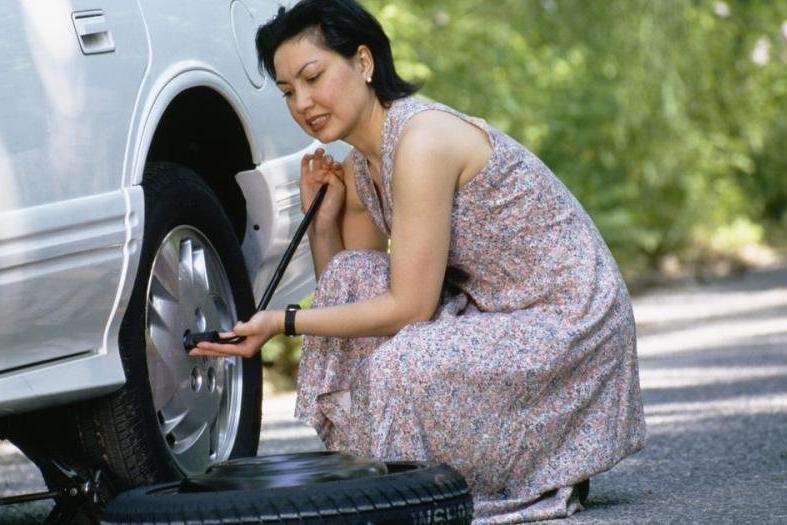 Mẹo xử lý khi xe ô tô bị lủng lốp giữa đường 2