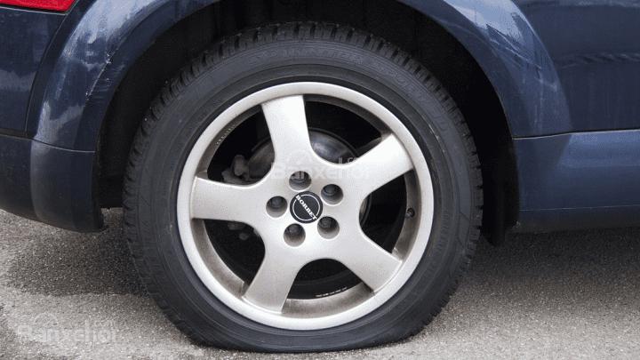 Mẹo xử lý khi xe ô tô bị lủng lốp giữa đường 3