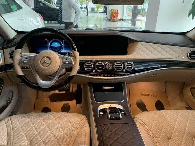 Xe sở hữu nội thất sang trọng và đẳng cấp, sử dụng chất liệu là da, gỗ và kim loại đắt tiền.