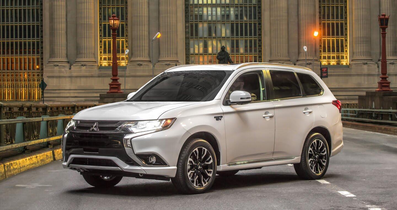 Mitsubishi ra mắt Outlander 2018 bản xăng-điện - Hình 1
