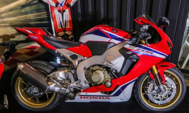 Ngắm 2019 Honda CBR1000RR Fireblade SP đắt hơn cả Toyota Vios - Hình 1