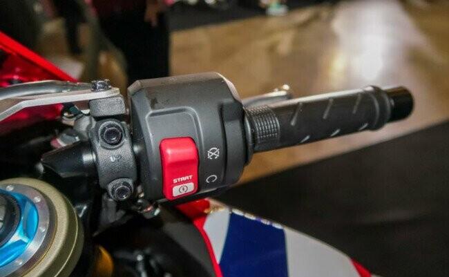 Ngắm 2019 Honda CBR1000RR Fireblade SP đắt hơn cả Toyota Vios - Hình 11