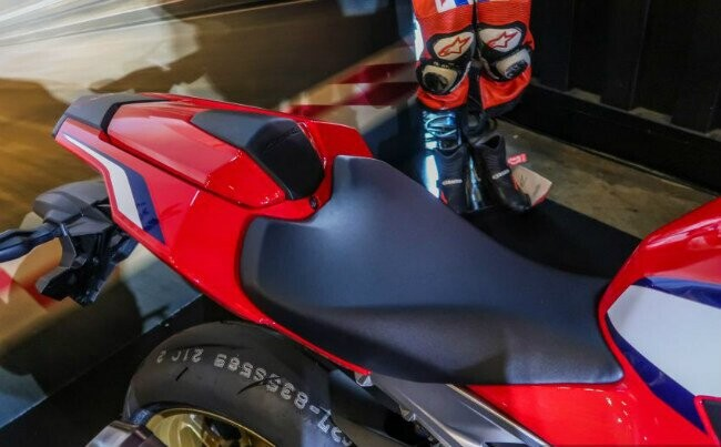 Ngắm 2019 Honda CBR1000RR Fireblade SP đắt hơn cả Toyota Vios - Hình 4