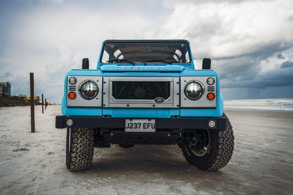 ngam-nhin-land-rover-defender-90s-phien-ban-dai-duong-xanh-duoi-ban-tay-cua-arkonik