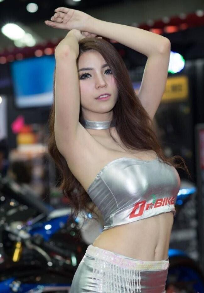 Ngắm những bóng hồng sexy nhất bên môtô mới cứng - Hình 1
