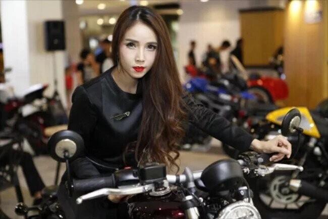 Ngắm những bóng hồng sexy nhất bên môtô mới cứng - Hình 15