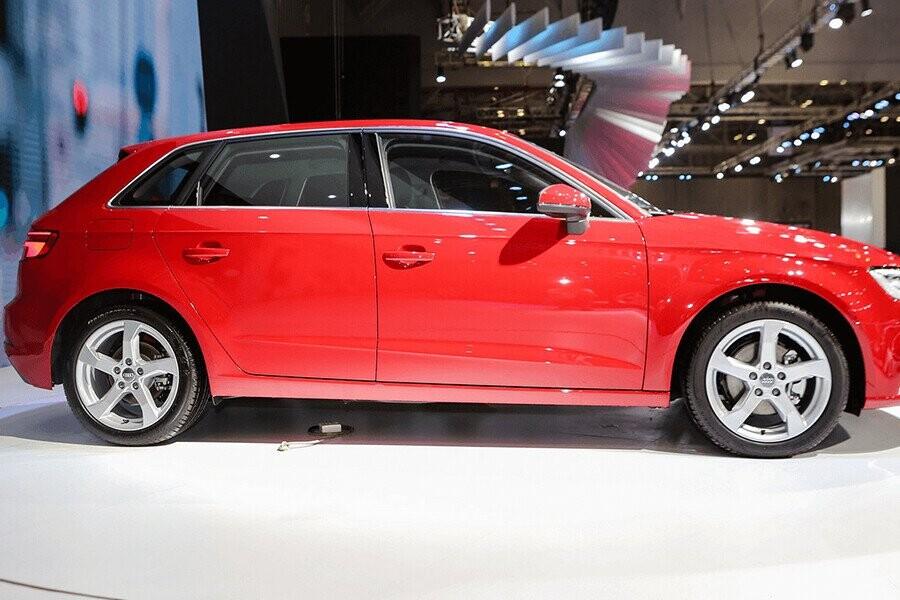 Thân xe Audi là sự xuất hiện của những đường gân sắc nét giúp tăng tính thể thao cho xe