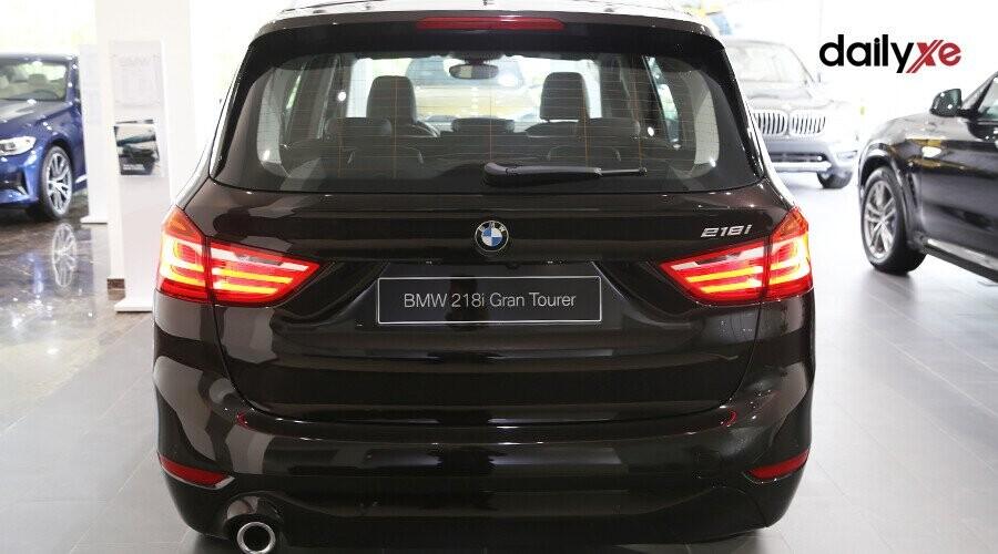 Thiết kế đuôi xe tinh tế với đèn hình chữ L lớn và vòm bánh rộng mang lại cho chiếc BMW 2 Series Active Tourer một dáng vẻ đậm chất thể thao