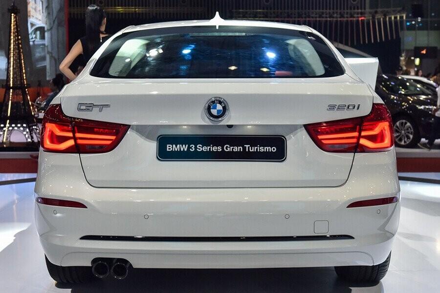 Phần đuôi xe BMW 3 Series Gran Turismo với cụm đèn hậu mở rộng với hình chữ L đặc trưng của BMW