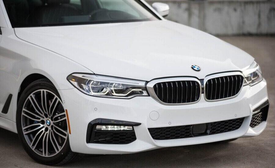 Lưới tản nhiệt đặc trưng của BMW với các thanh mạ chrome tạo ra một chuỗi thiết kế tỉ mỉ nhưng cũng rất nổi bật