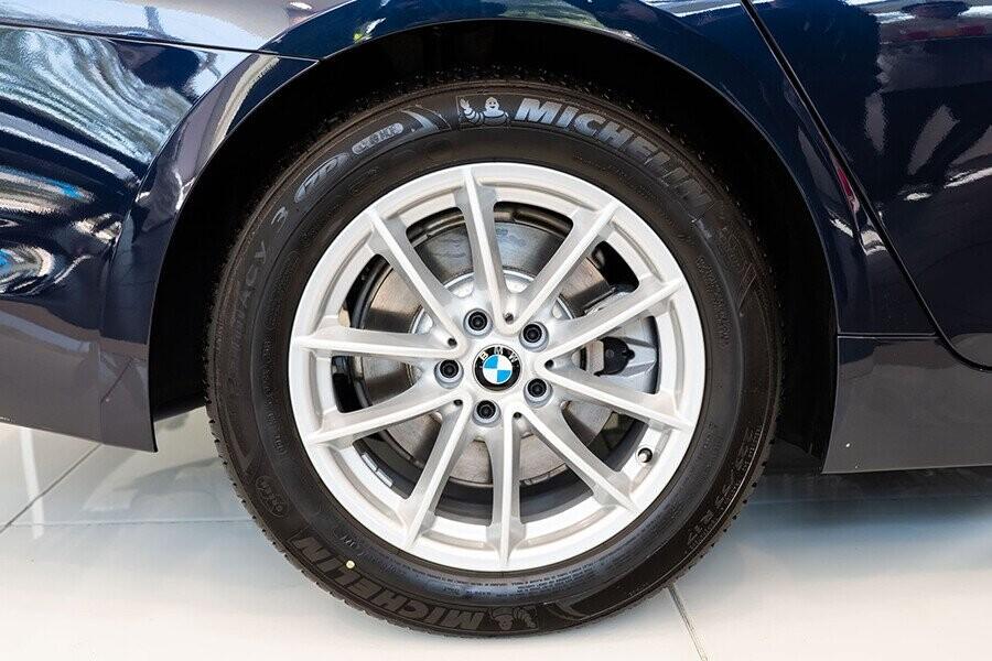 BMW 520i sở hữu kích thước 17 thể thao