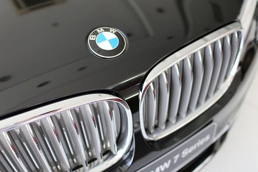 Thiết kế nổi bật nhất là khung của lưới tản nhiệt lớn, rộng và thẳng đứng, mang lại cho chiếc BMW Series 7 nét năng động