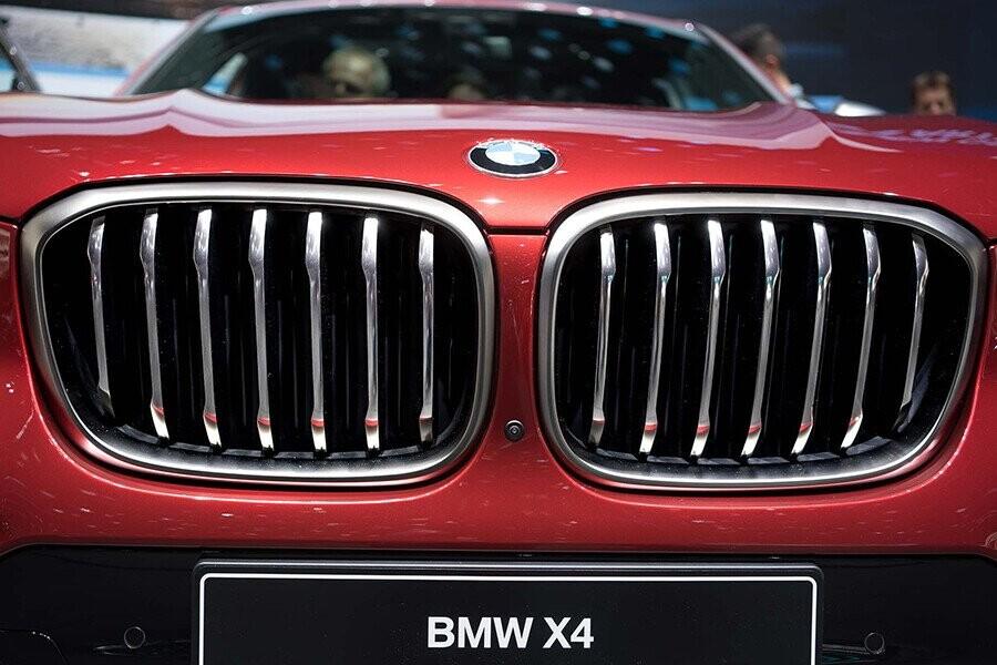 Lưới tản nhiệt đặc trưng  BMW được mạ crom độc đáo