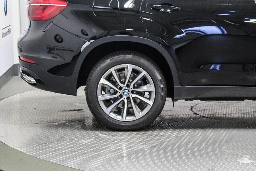 Xe được trang bị bánh hợp kim nhôm kích thước 19 inch