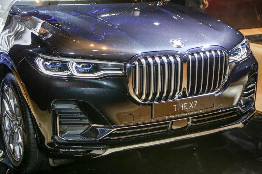 Đầu xe nổi bật với bộ lưới tản nhiệt dạng quả thận cỡ lớn được mạ crom sang trọng