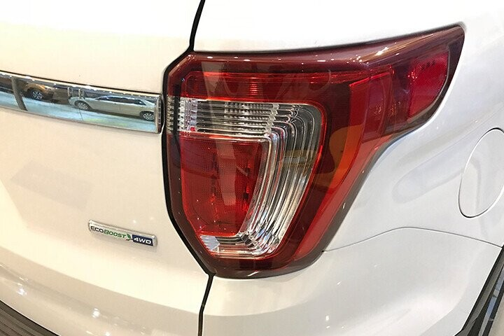 Cụm đèn hậu LED không quá cầu được nối liền khéo léo bởi thanh nẹp cửa bóng bẩy