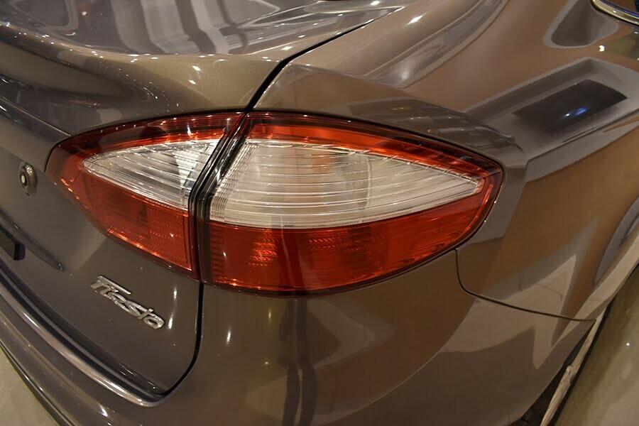 Cụm đèn hậu của Fiesta Sedan kéo dài