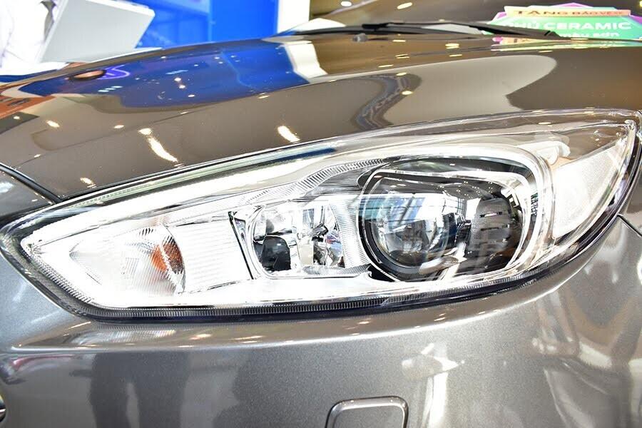 Đèn pha HID Bi-Xenon giúp quan sát rõ hơn khi di chuyển điều kiện thiếu ánh sáng