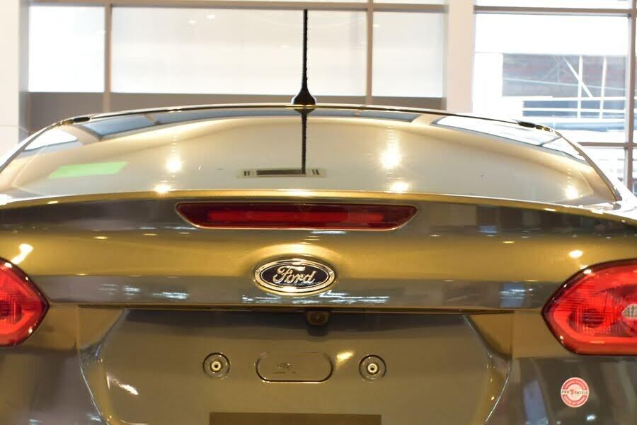Đèn phanh trên cao của xe có gắn dải đèn LED giúp nâng cao độ an toàn