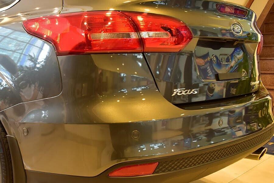 Cặp đèn hậu LED tạo nên từ các đường uốn lượn sắc nét