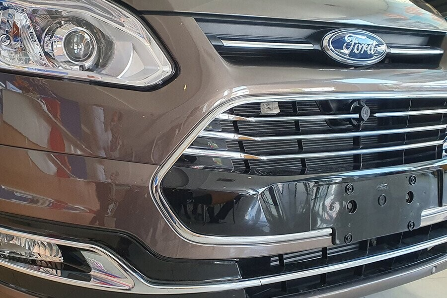 Đầu xe Tourneo nổi bật với lưới tản nhiệt đa giác