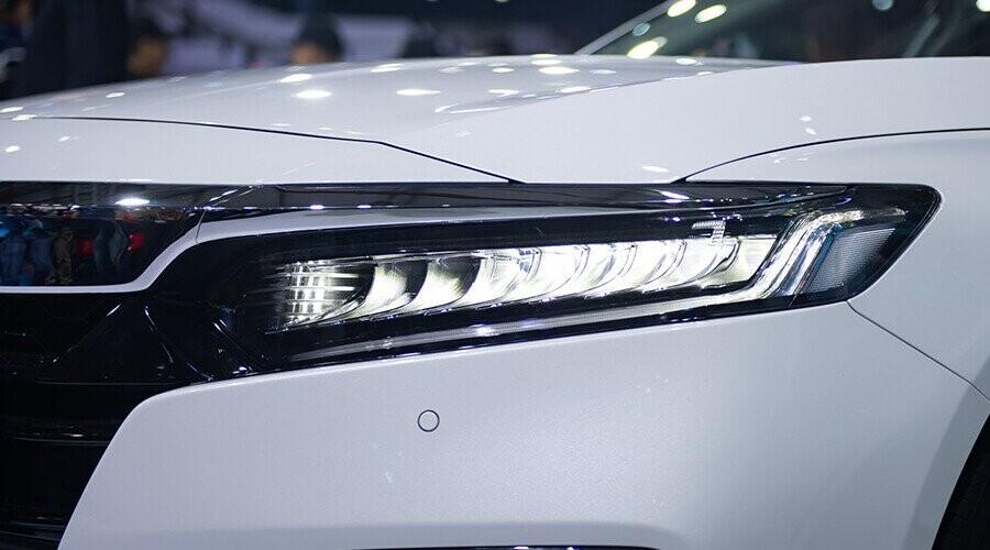 Cụm đèn trước hiện đại với điểm nhấn là dải đèn LED