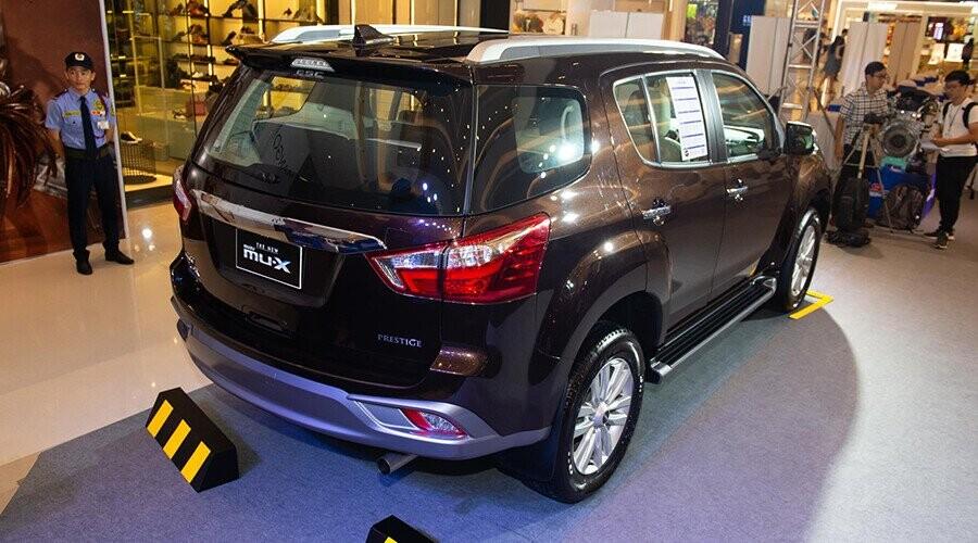 Đuôi xe Isuzu MUX nổi bật với cụm đèn hậu hình thang liền mạch