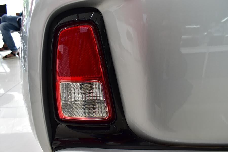 Đèn lùi thiết kế hình chữ nhật và cụm đèn hậu dạng LED 3 viền