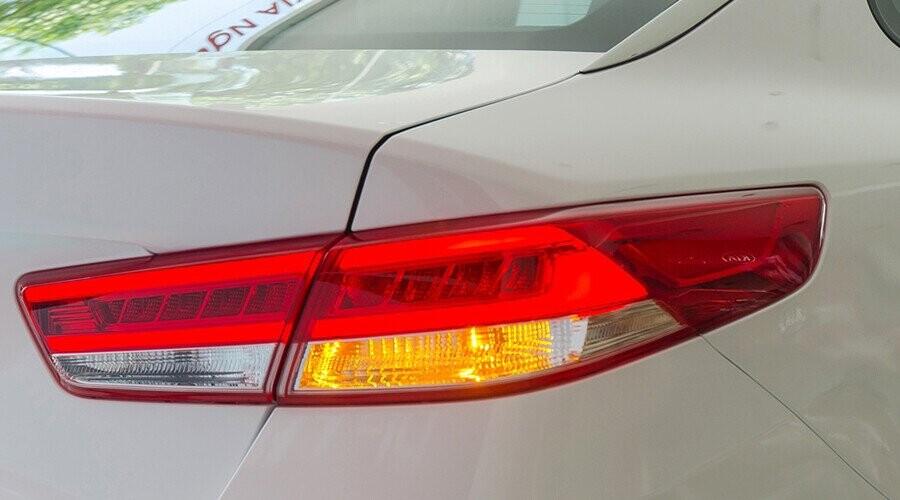Cụm đèn hậu dạng LED tinh tế