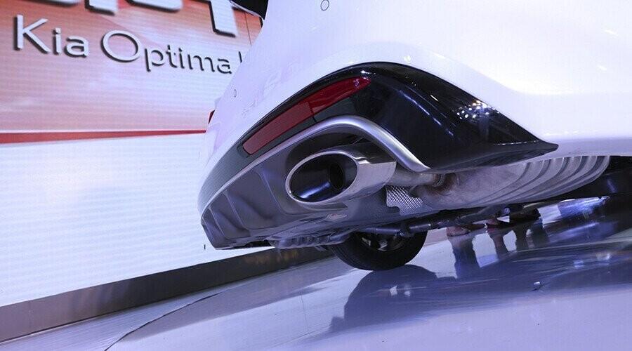 Cản sau mạ Chrome và ống xả kép dạng Oval thể thao