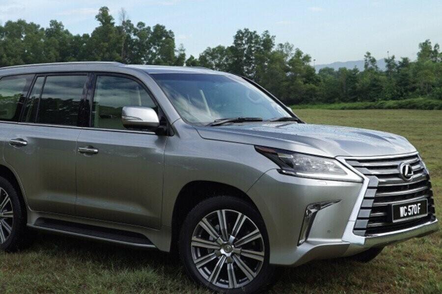Ngoại thất vững chãi của một chiếc SUV sang trọng