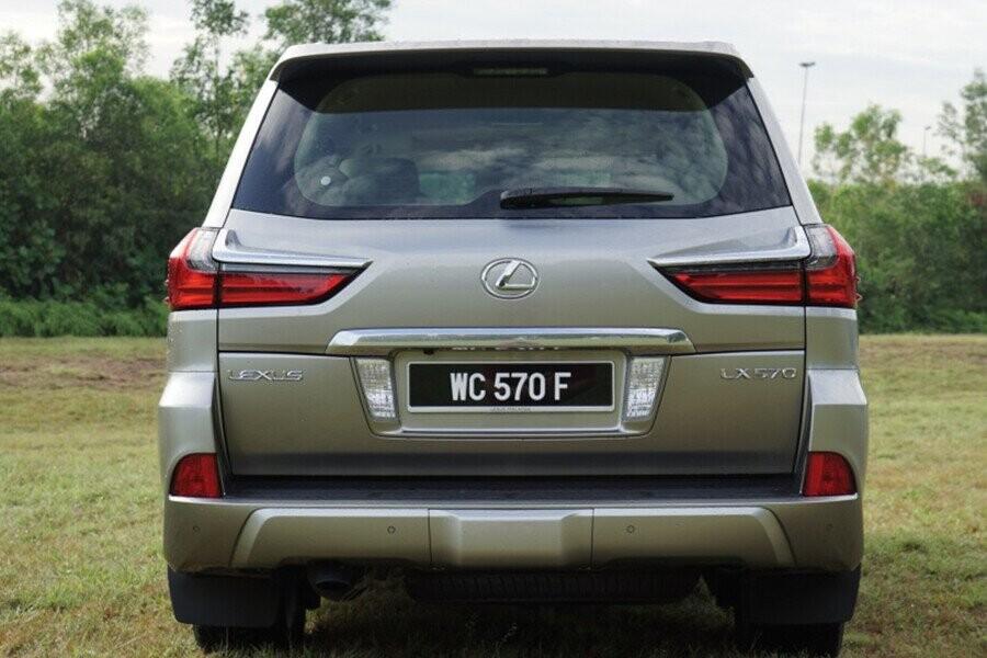 Thiết kế đuôi xe đơn giản những vẫn đủ toát lên sự sang trọng