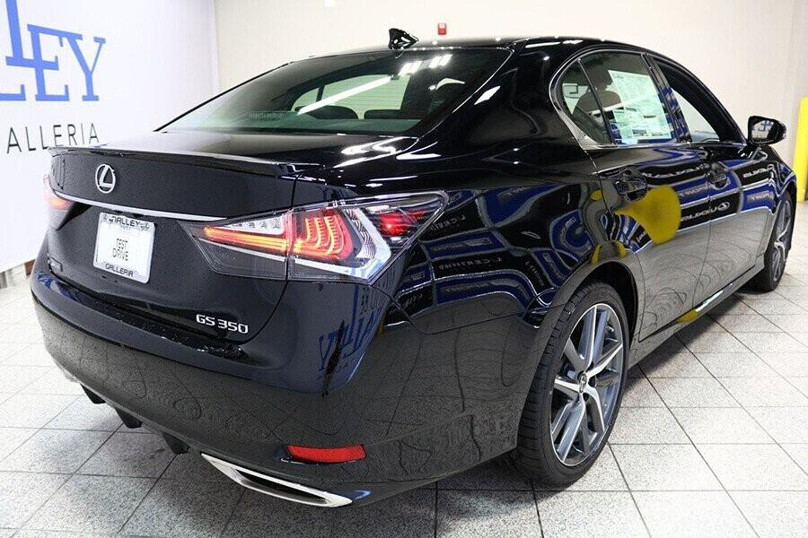 Cụm đèn hậu LED hình chữ L là nét đặc trưng của hãng xe Lexus