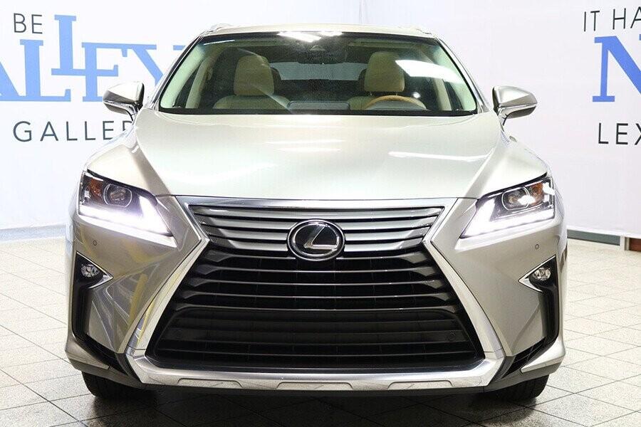 Thiết kế đầu xe RX nổi bật với trang bị lưới tản nhiệt cỡ lớn hình con suốt rất đặc trưng