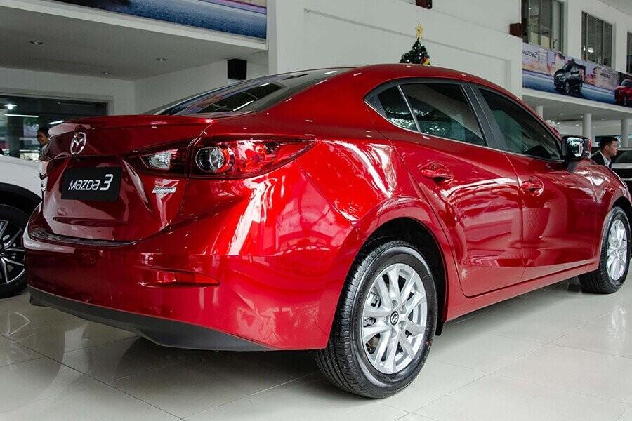 Đuôi xe Mazda 3 bên trái