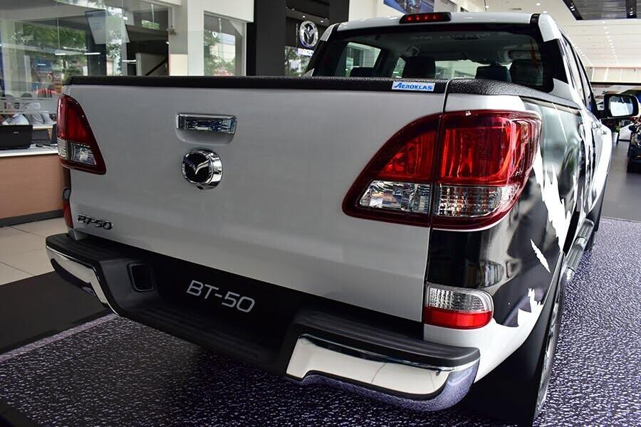 Thiết kế đuôi xe đơn giản và đậm chất pick-up