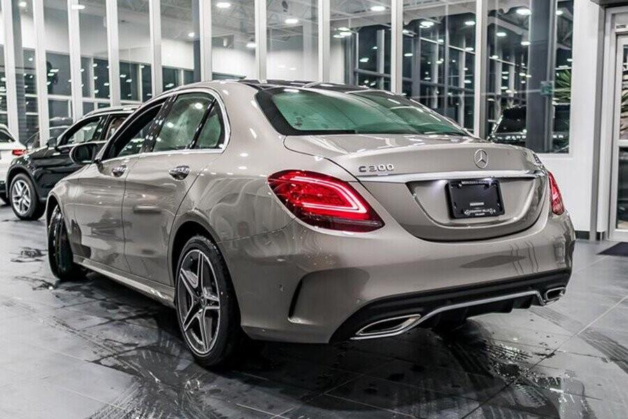 Thiết kế đuôi xe với trang bị cụm đèn hậu tái thiết kế với dãy đèn LED hình chữ C cá tính và gãy gọn