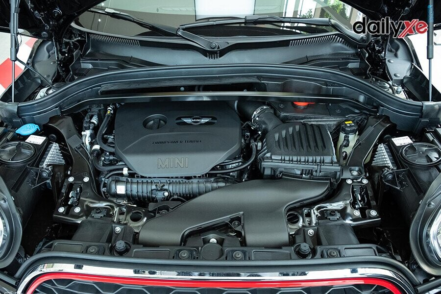 Sử dụng động cơ 2.0L TwinPower Turbo vận hành mạnh mẽ