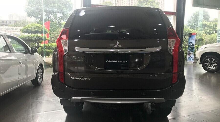 Đuôi xe Mitsubishi Pajero Sport thiết kế ngoại hình mạnh mẽ