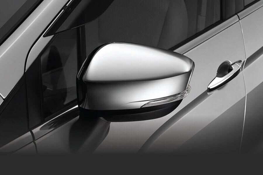 Gương chiếu hậu chỉnh điện được thiết kế lớn và tách khỏi cột A giúp tăng tầm nhìn cho người lái