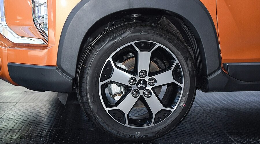 Xe sử dụng la zăng hợp kim 17-inch 5 chấu kép