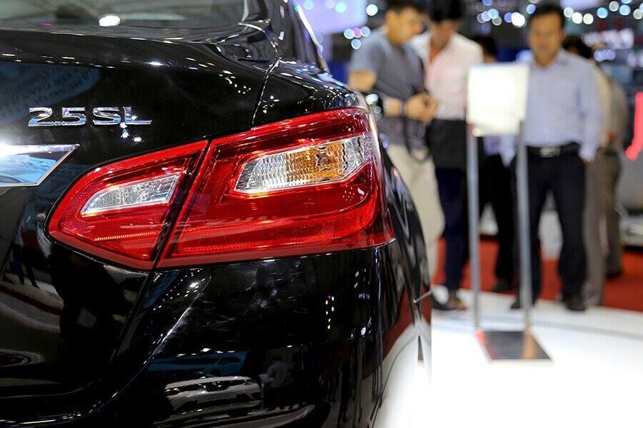Đèn hậu LED kéo dài từ đuôi xe lên thân xe đem đến sự cao cấp & sang trọng