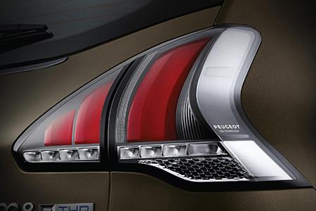 Cụm đèn hậu dạng LED thiết kế mới mang đặc trưng thương hiệu